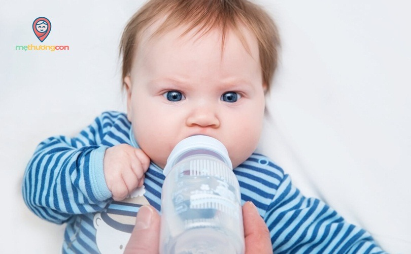 Bé uống nước lọc