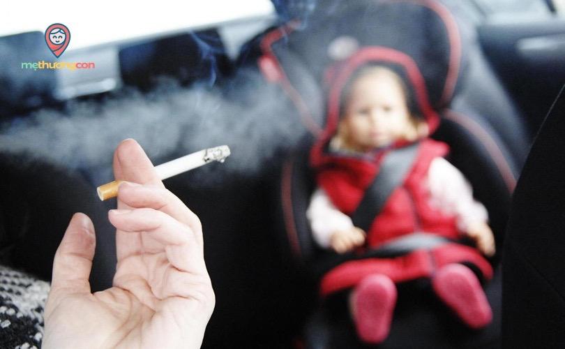 Trẻ tiếp xúc với khói thuốc sẽ ảnh hưởng đến sức khoẻ và gia tặng tình trạng nôn trớ