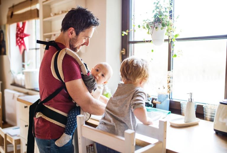 ba địu con trong khi làm việc nhà