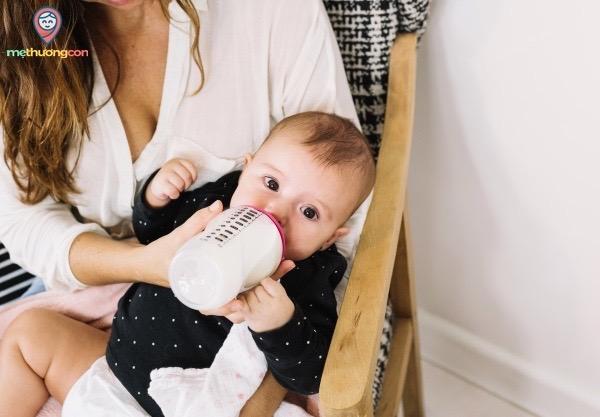 mẹ cho con bú bằng bình sữa vệ sinh