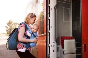 mẹ sử dụng địu em bé đi du lịch bằng xe lửa