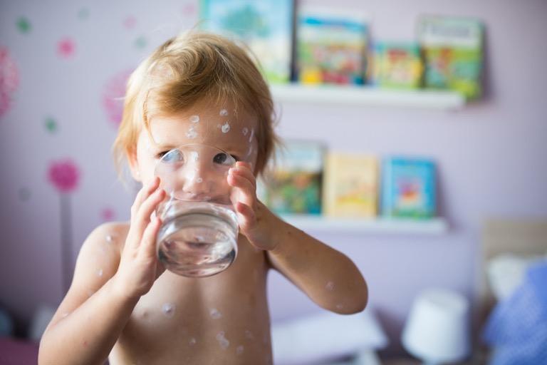 Cơ thể em bé chứa nhiều nước hơn người lớn