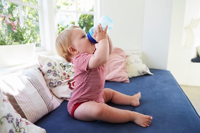 Cho bé sơ sinh uống nước có nguy hiểm