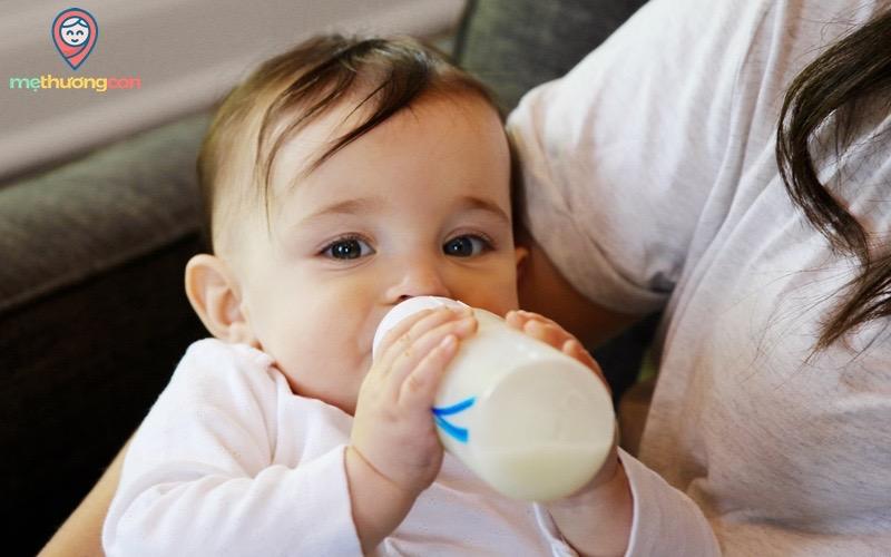 sữa mẹ vắt ra để ngoài cho bé bú bình