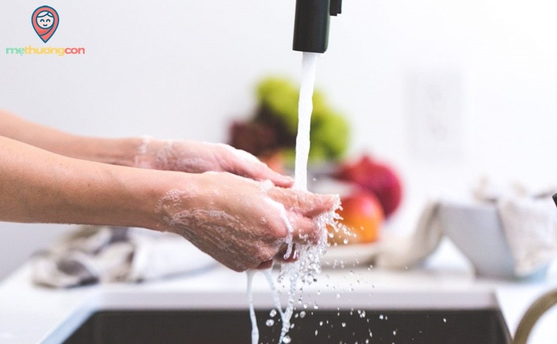 rửa tay thật sạch khi vắt sữa mẹ